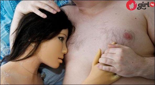 Мъж живее с кукла