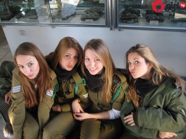 девойки от армията