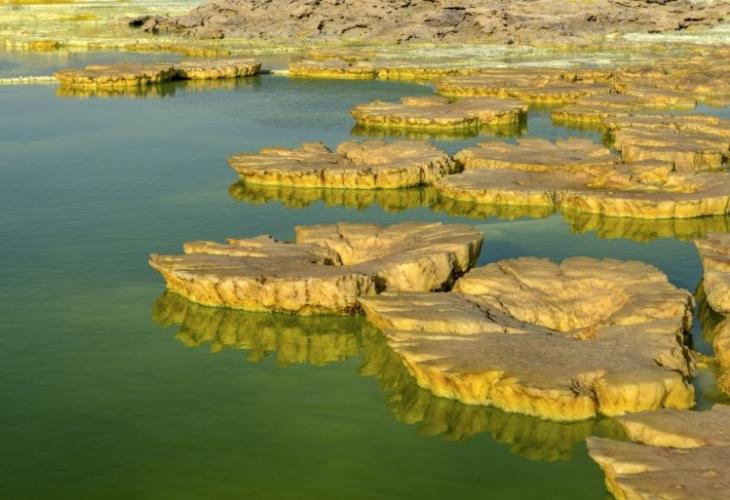 уникални СНИМКИ на киселинни водни басейни