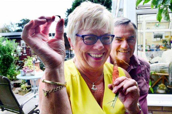 Жена изгуби пръстена си, но той се върна при нея 12 години по-късно по много неочакван начин (СНИМКИ)