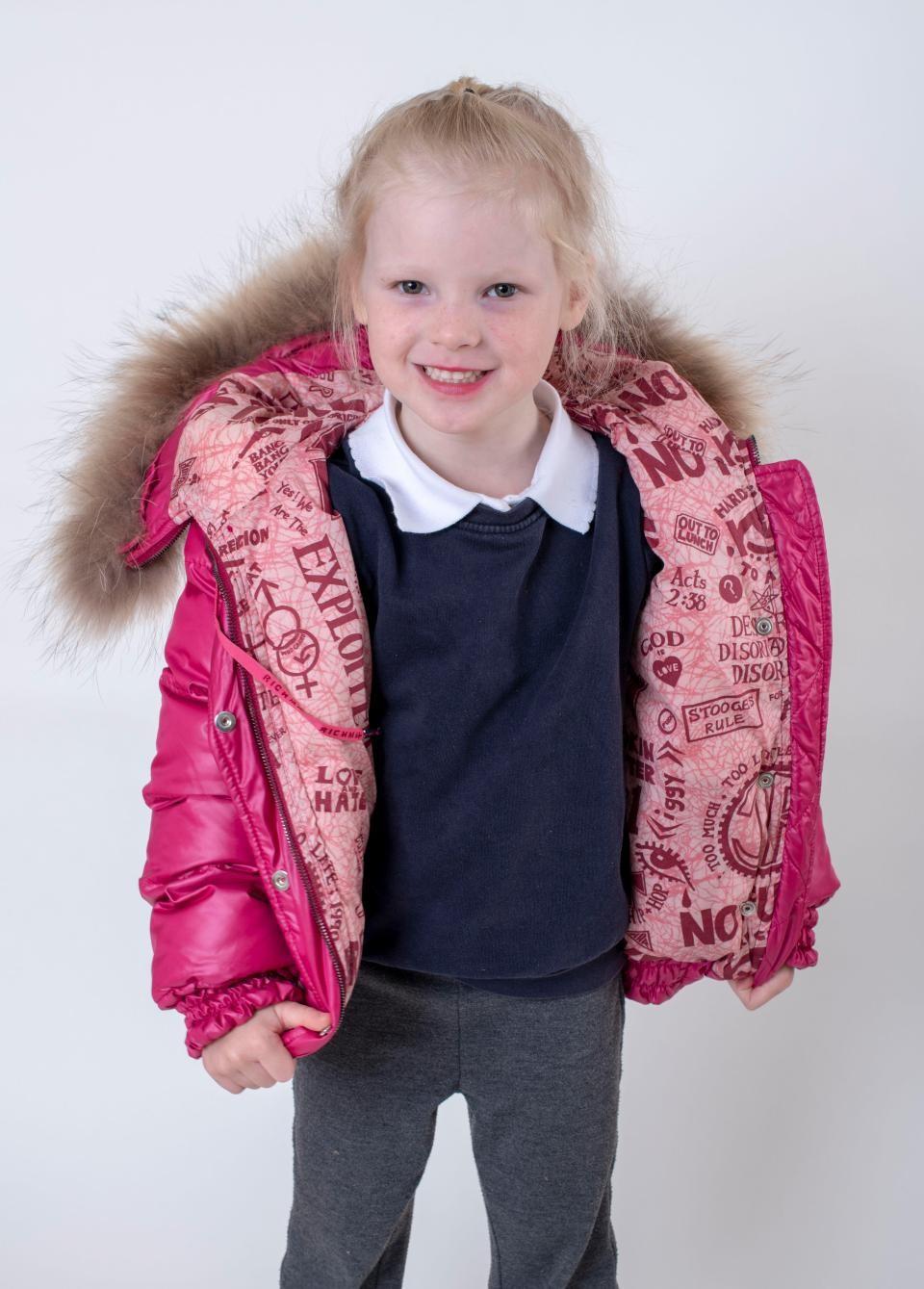 Майка избра сладко якенце за 3-годишната си дъщеря, но когато се вгледа по-внимателно в него, направо й се изправи косата (СНИМКИ)